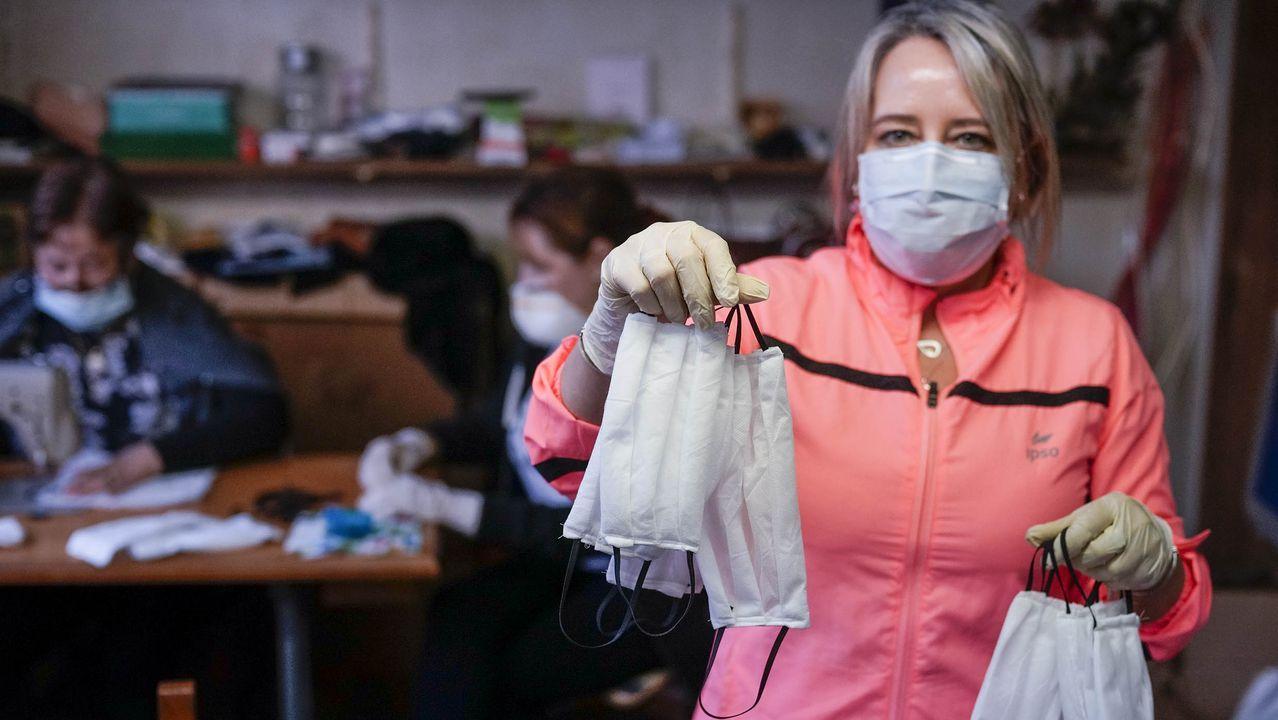 Teresa ha cedido su tienda de ropa como sede para recibir, lavar y distribuir las mascarillas.