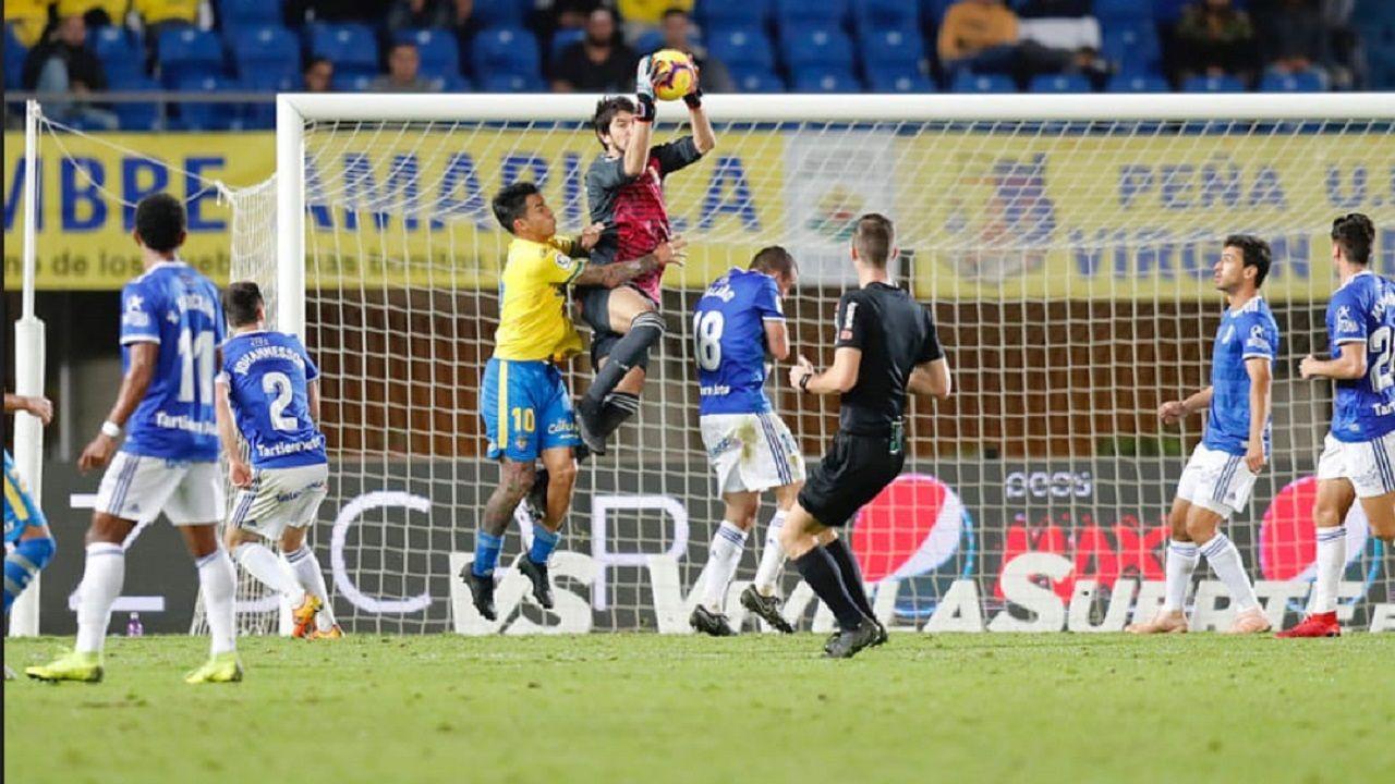 Las mejores imágenes del Deportivo - Las Palmas.Nereo Champagne atrapa un balón en el UD Las Palmas-Real Oviedo