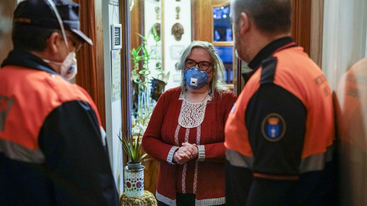 Los peques disfrutaron del carnaval organizado por los vecinos de Vimianzo.María Argentina Rey no puede bajar de casa porque padece sensibilidad química múltiple