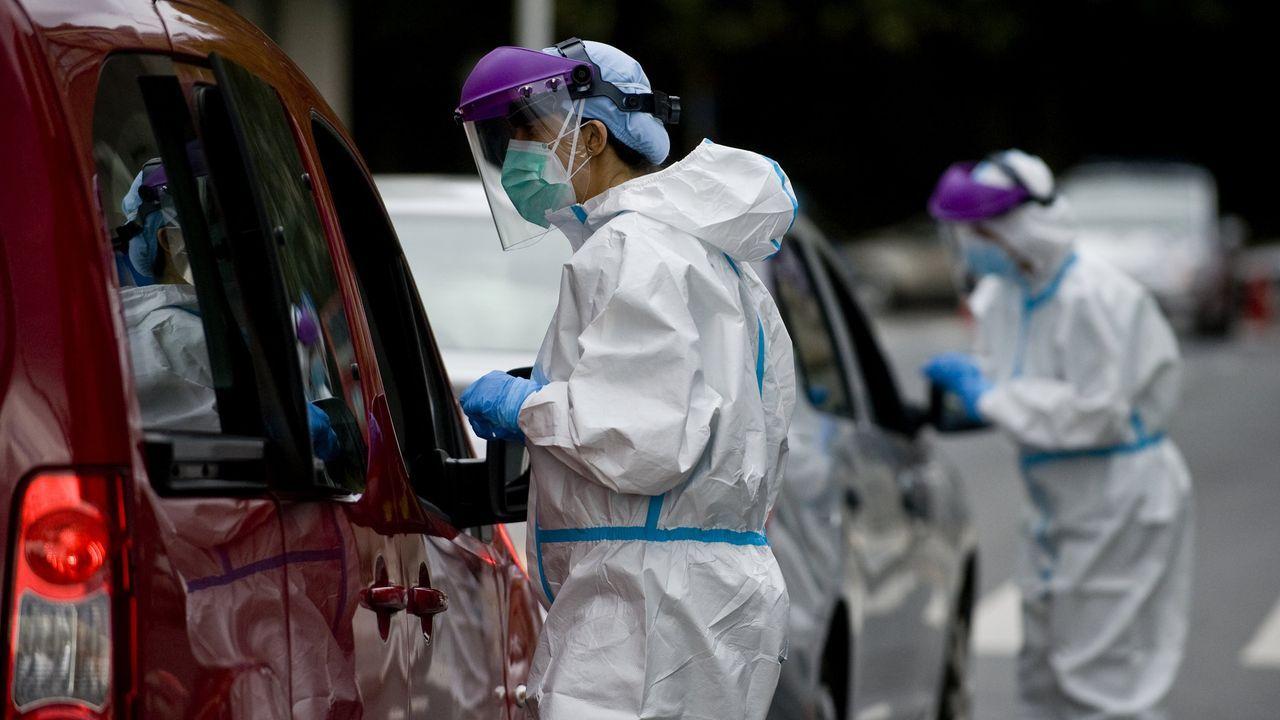 La Policía procede al desalojo de los okupas de un edificio de la Falperra.Test del covid-19 en el centro de salud del Ventorrillo, en A Coruña