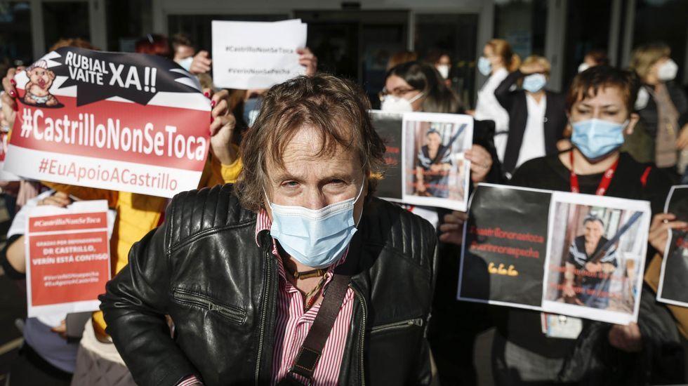 Cientos de personas acudieron a la concentración en apoyo de Javier Castrillo, jefe de Ginecología del Hospital Comarcal de Verín