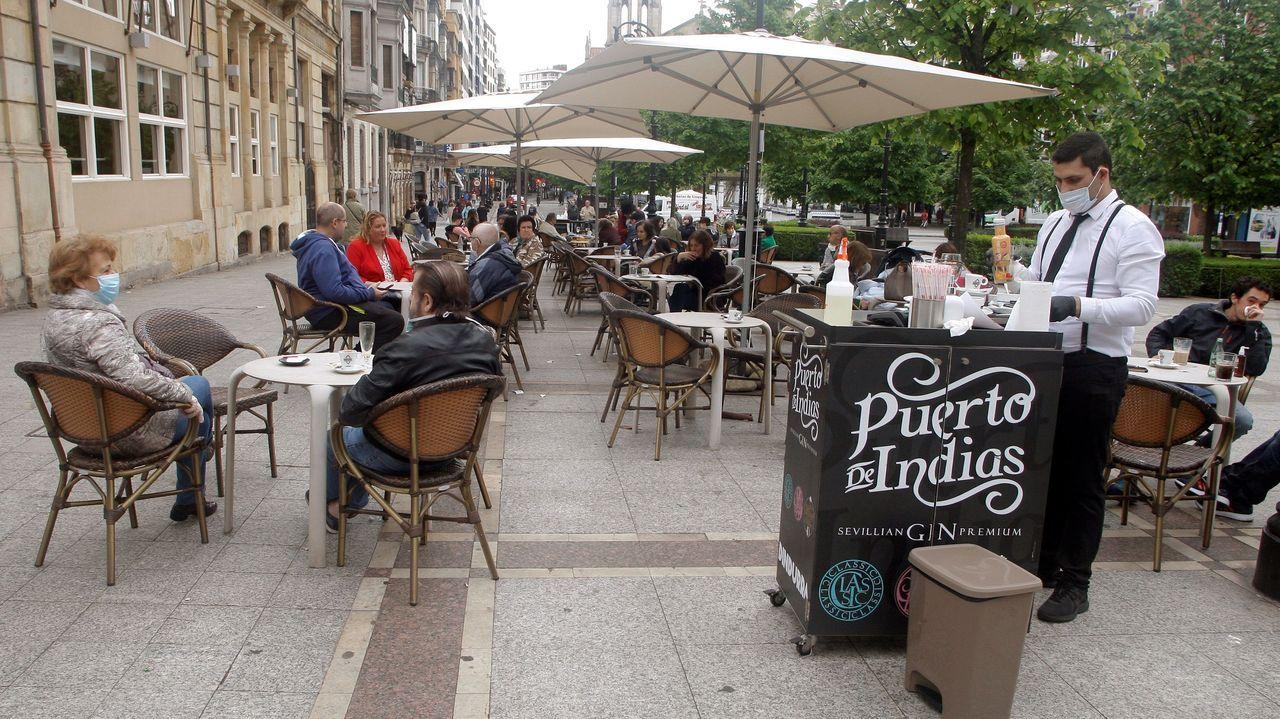 La protesta de los sanitarios en Cabueñes.Una terraza del Paseo de Begoña, en Gijón