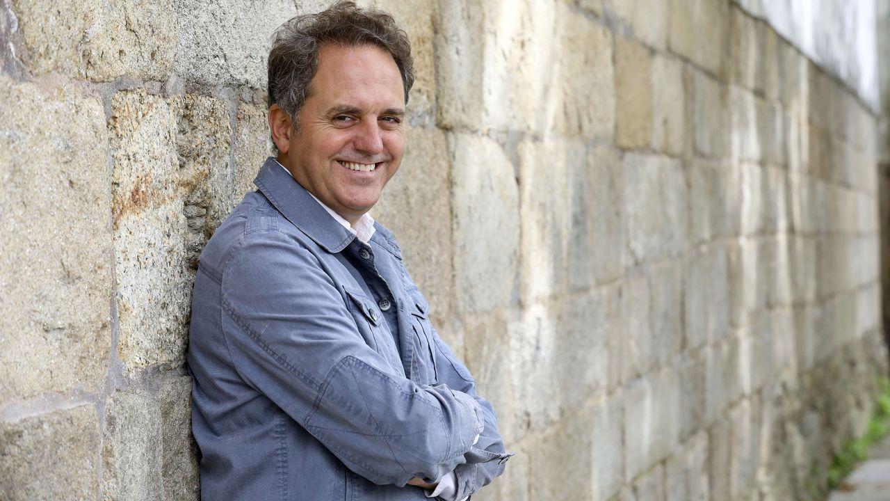 O escritor Domingo Villar este setembro en Santiago.