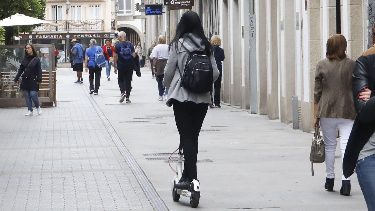 Pasajeros intentan abordar un autobús en la estación Gare du Nord