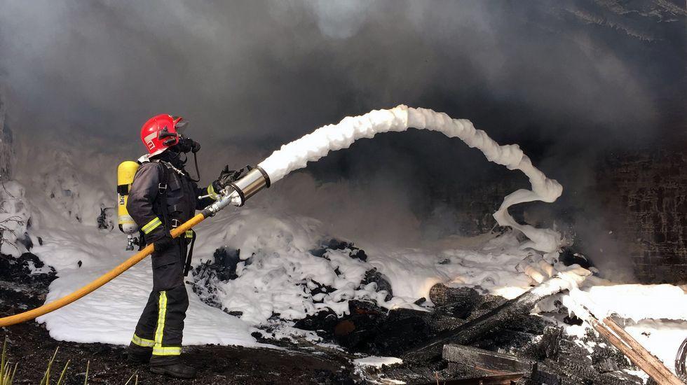 Los bomberos de Monforte emplearon espuma para enfrían los rescoldos una vez apagadas las llamas