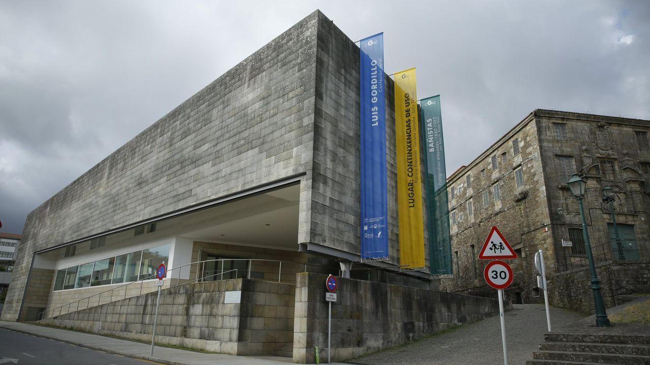 Entrada del CGAC, con el edificio de Bonaval a la derecha