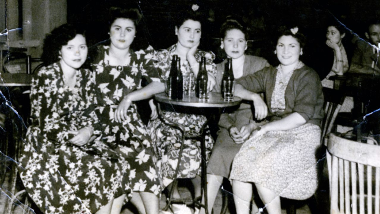 breve.Detalle de una terraza de un bar en las fiestas del Carmen del año 1946, en el barrio de la Estación