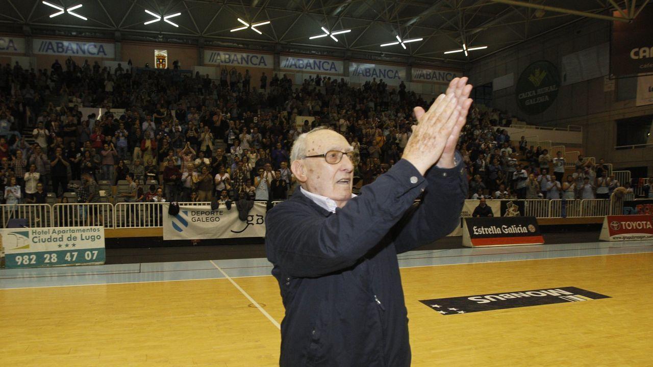 Varela-Portas, saludando al público en el Pazo el día en que fue homenajeado en el 2016, en el cincuentenario de la creación del Breogán