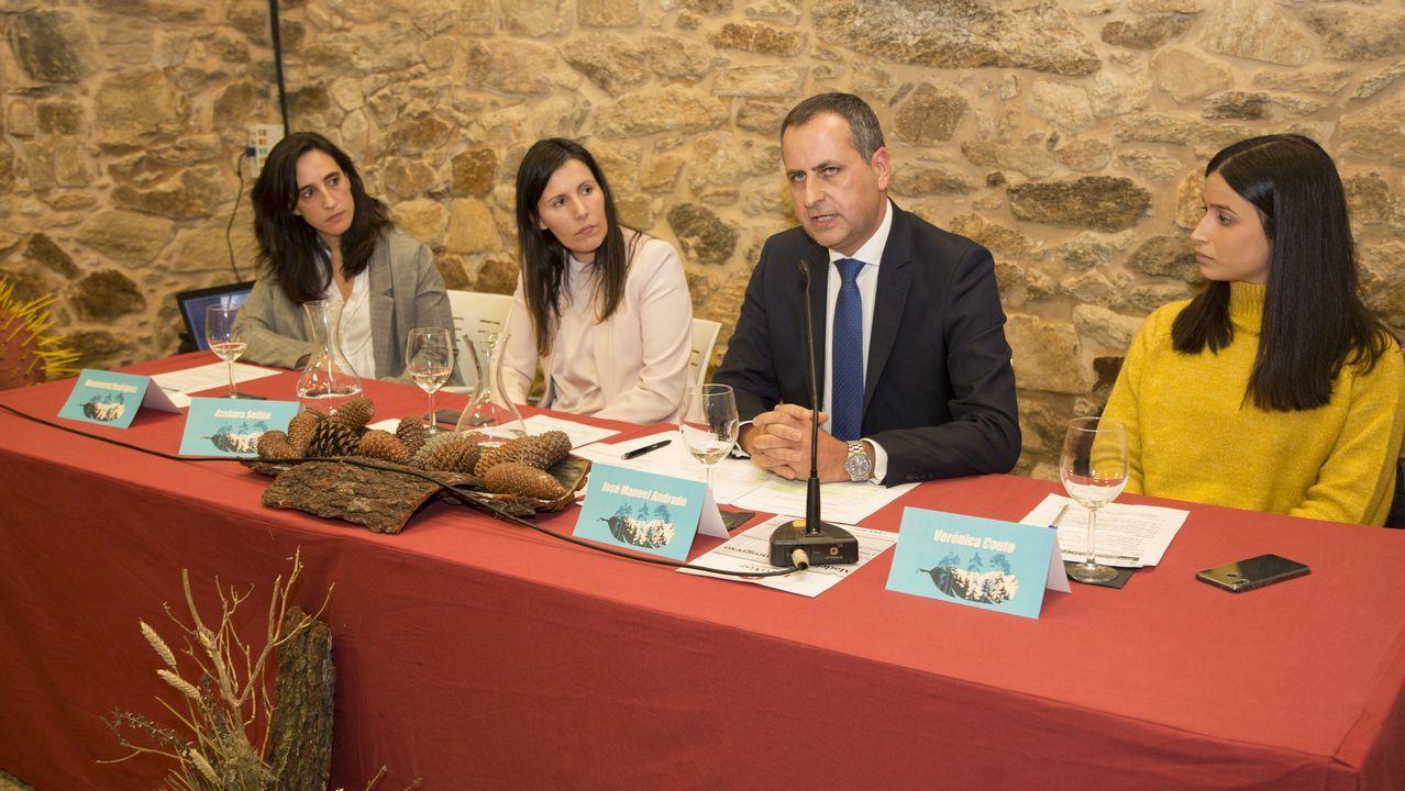 Isabel Aguirre, junto a Enrique Saez, segundo por la izquierda, y responsables de la bodega Finca Míllara