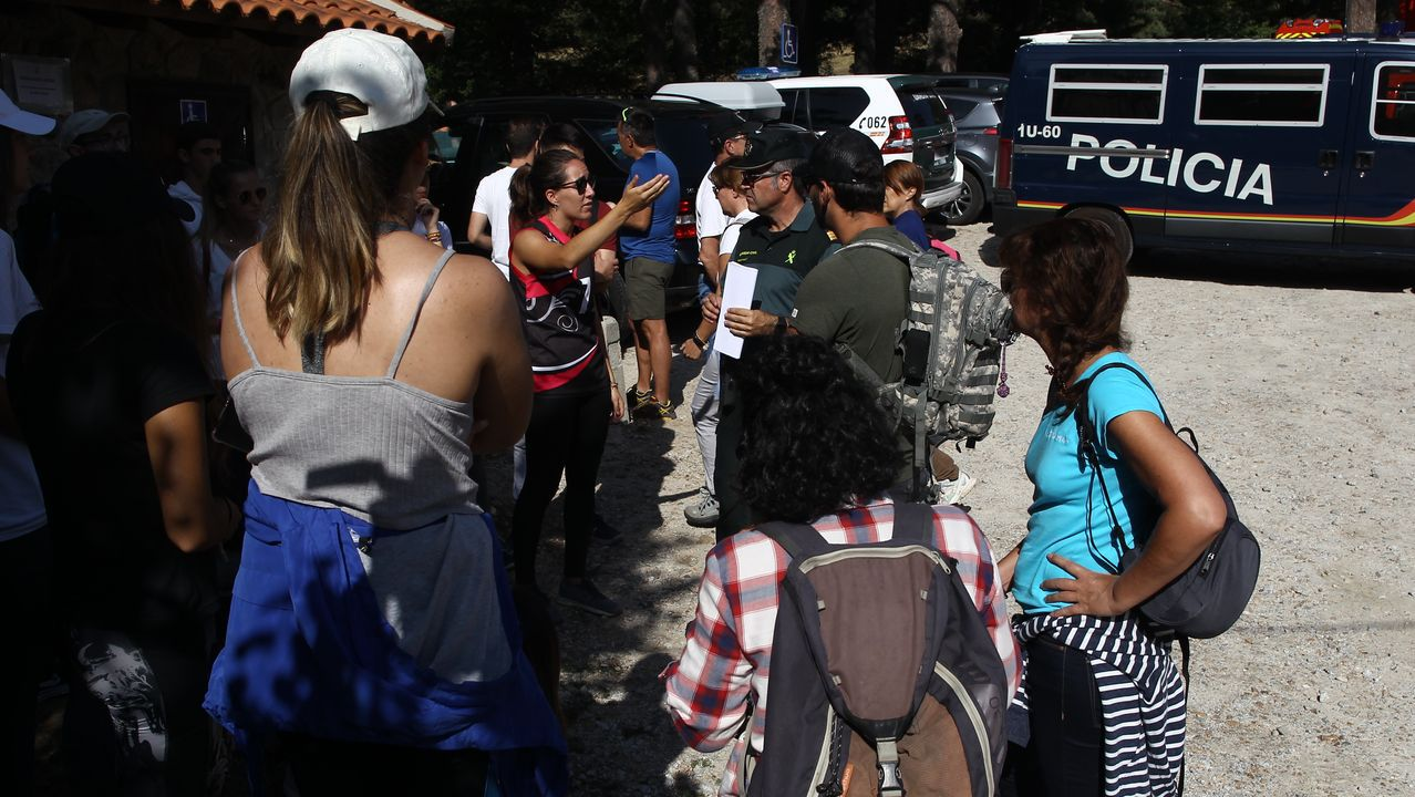 Agentes de la Policía Nacional y de la Guardia Civil con los voluntarios del rastreo