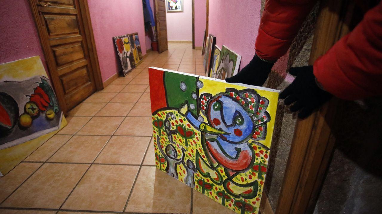 La casa de Gustavo, hijo de Labajjo, está repleta de decenas de cuadros de su padre