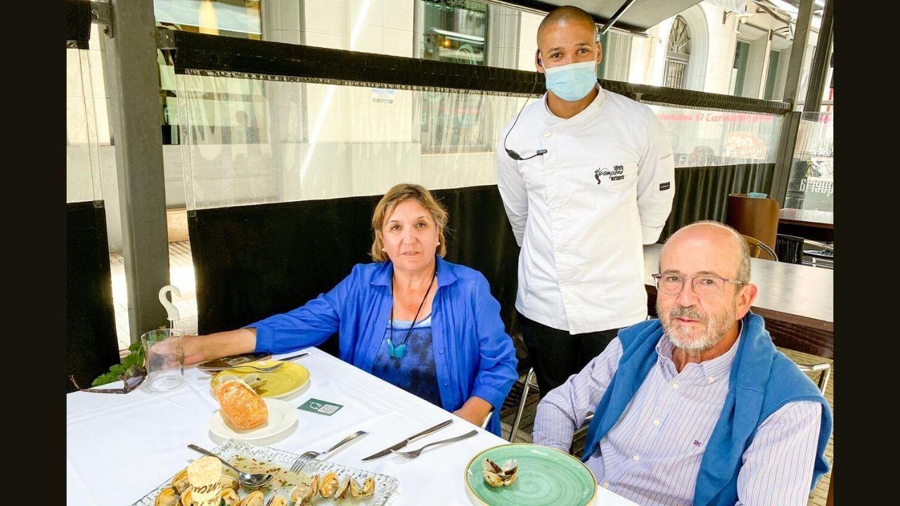 El matrimonio gijonés, con Alexis Hernández, el pasado 7 de julio, cuando celebraron su aniversario de bodas en El Campanu de Gijón