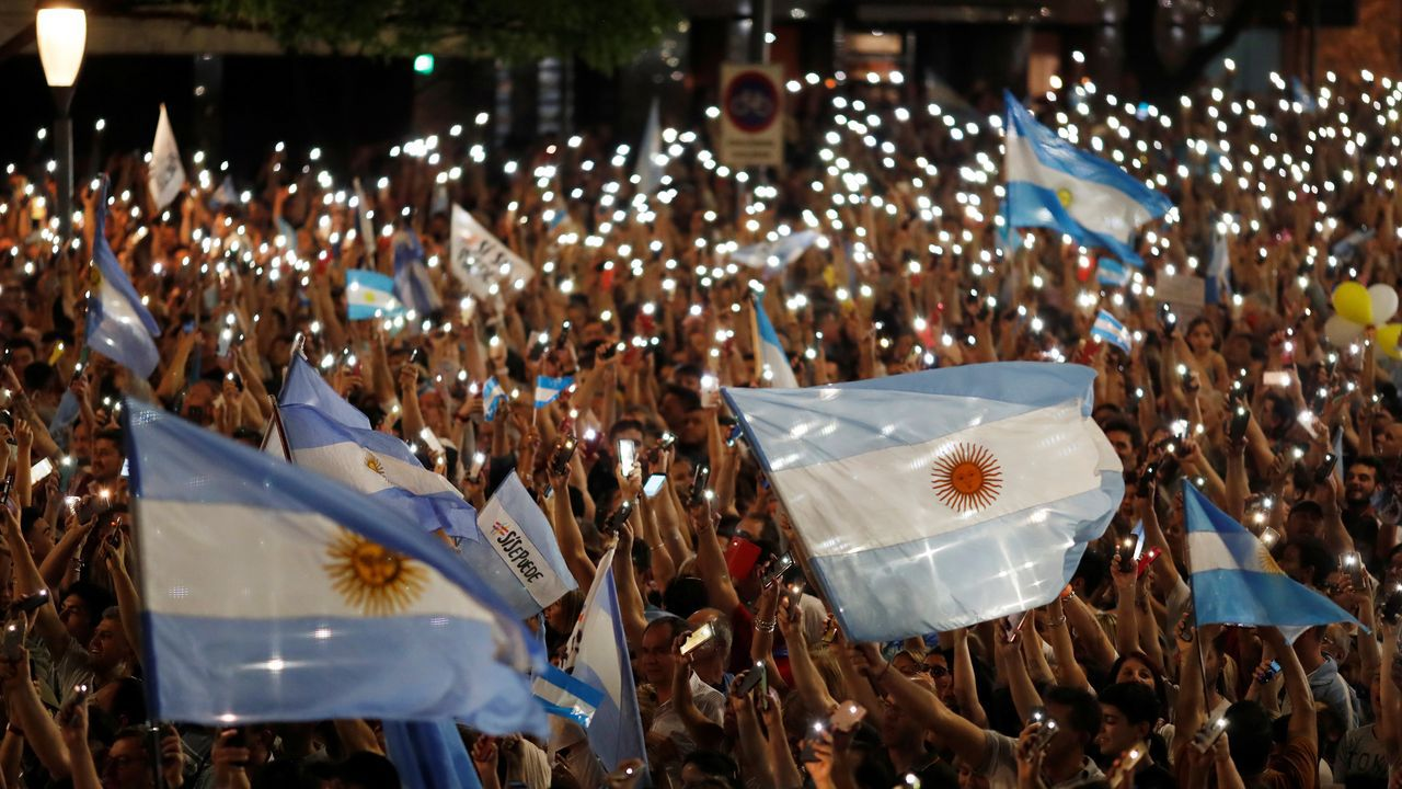 El candidato a la presidencia de Uruguay por el oficialista Frente Amplio, Daniel Martínez, favorito en las encuestas, en un mitin durante su cierre de campaña