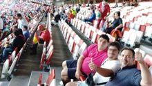 Eleazar, con polo fucsia, junto a su primo y su padre, en el estadio de El Molinón