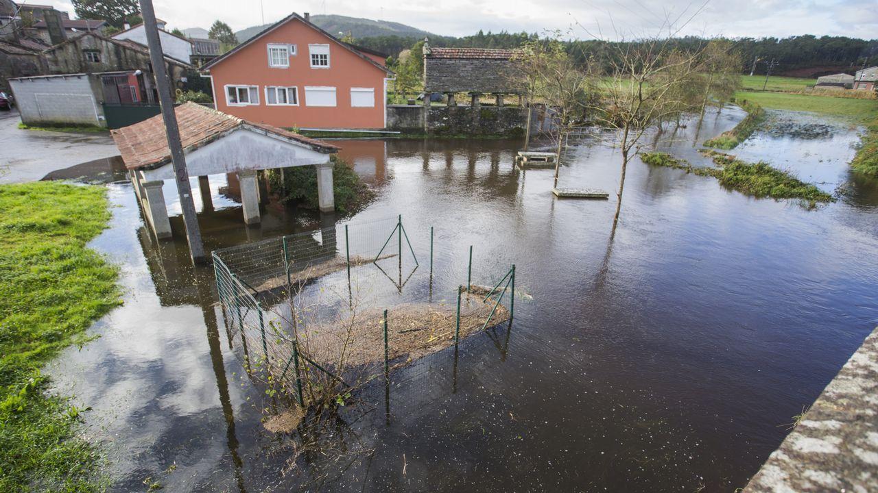 El río Anllóns se desbordó a su paso por Carballo