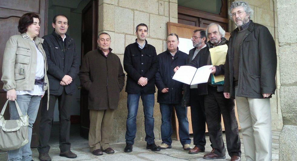 La entrega de firmas reclamando el juzgado, en enero del 2011.