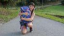Amaya con la mochila en la que viaja su perrita Kyla