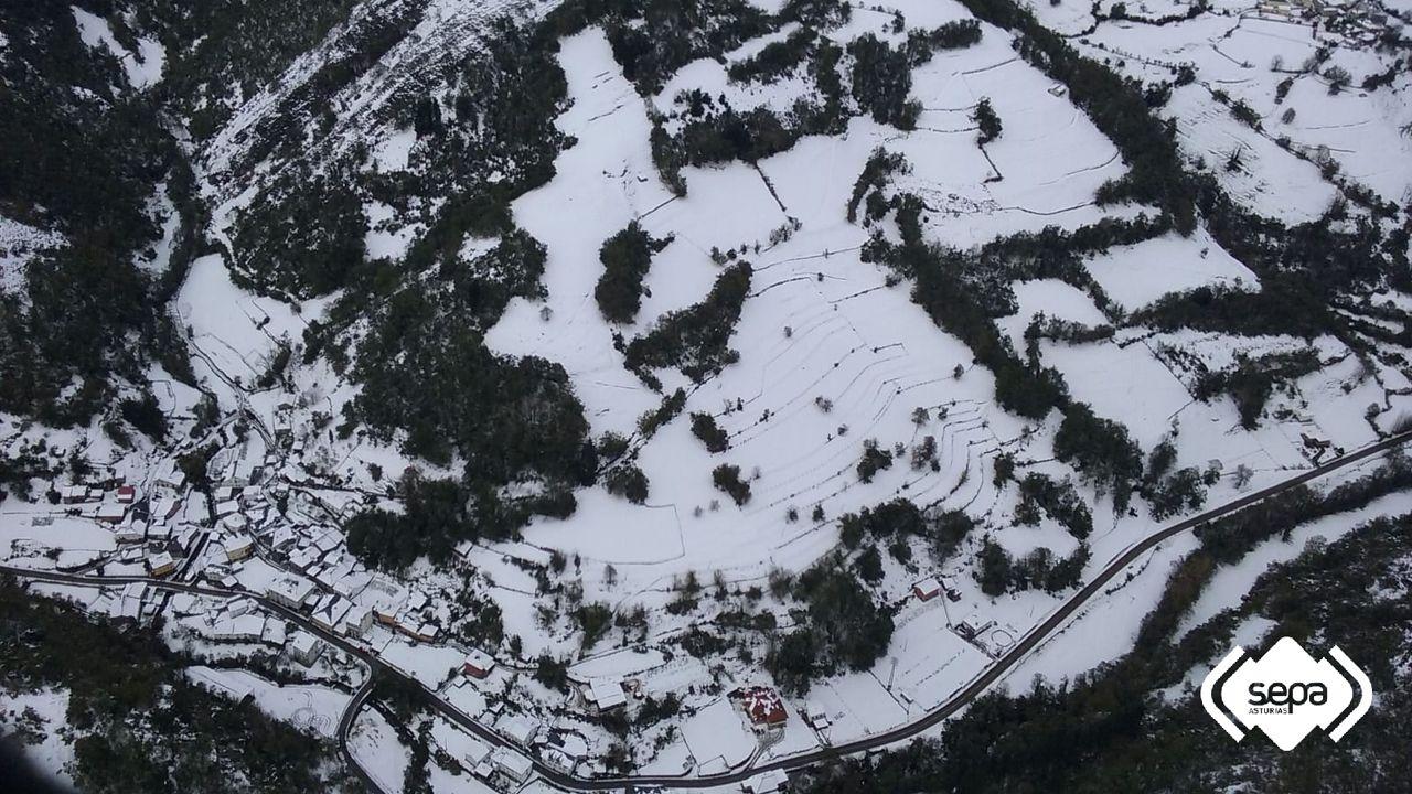 Vista aérea de Tablado, en Cangas del Narcea, bajo la nieve