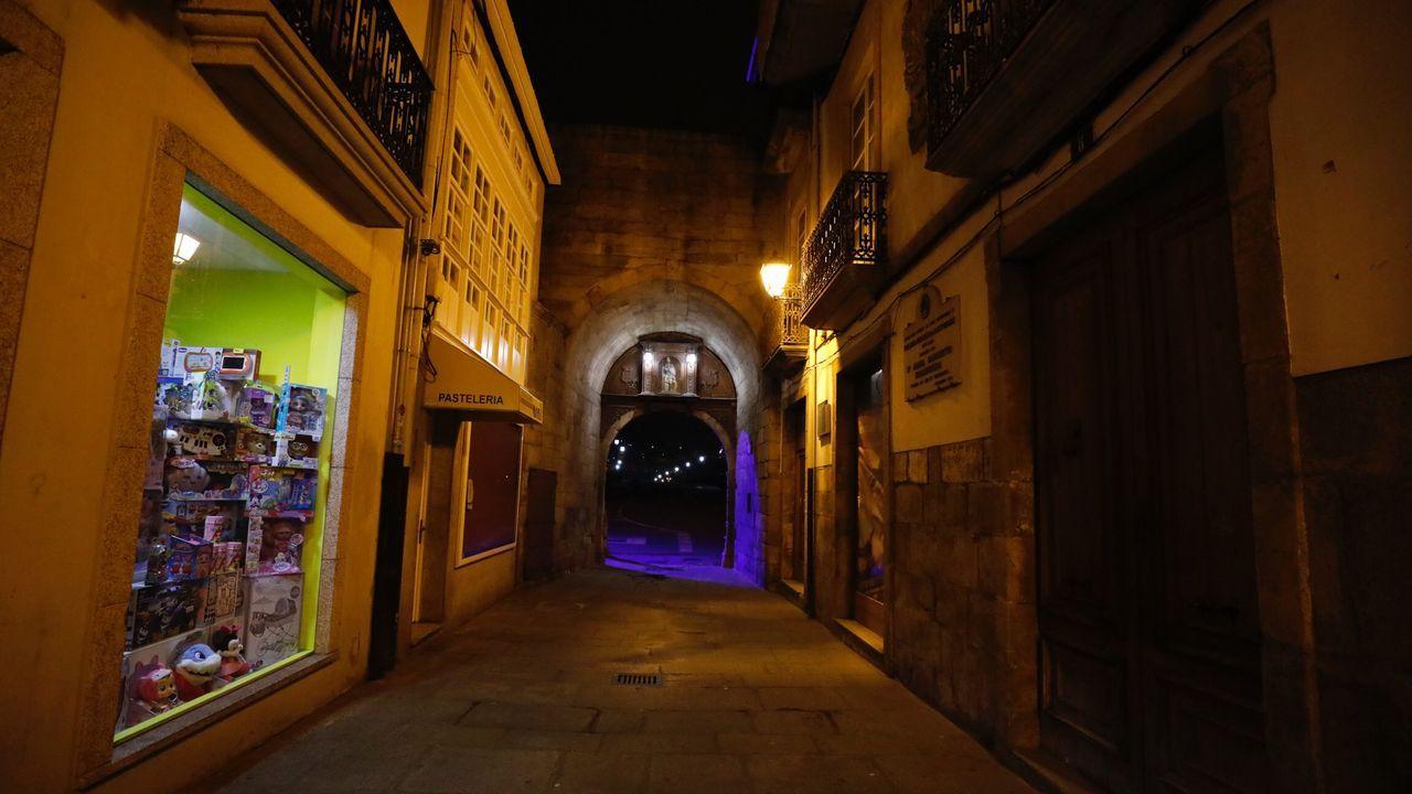 Por el coronavirus, desde el 14 de marzo se han quedado sin ingresos hosteleros y comerciantes en Galicia, como estos de la viveirense calle Maria Sarmiento, la de la Porta de Carlos V