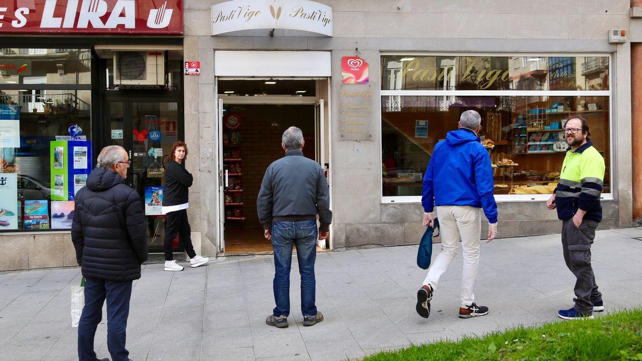 Distancia de seguridad entre clientes de una tienda viguesa