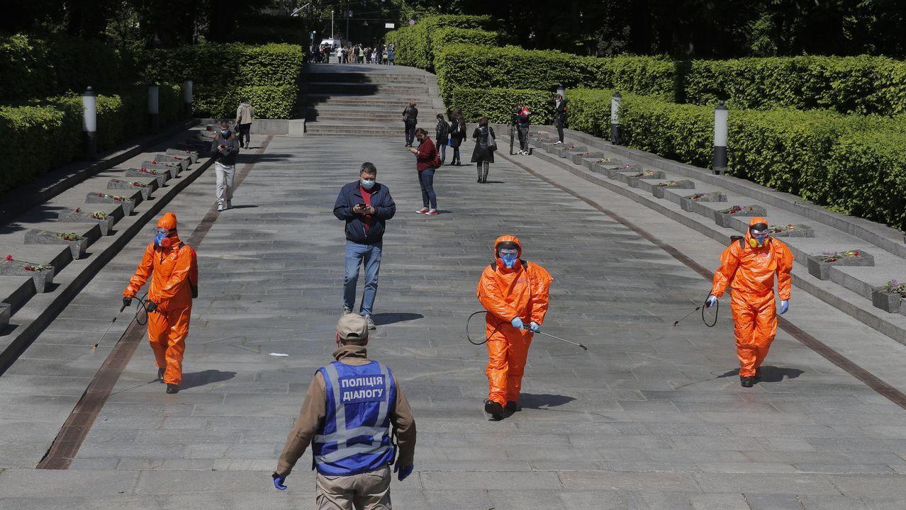 Trabajadores ucranianos realizan tareas de desinfección en Kiev