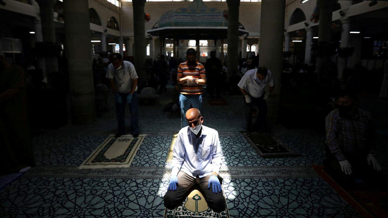 Un musulmán ora en una mezquita en Jordania
