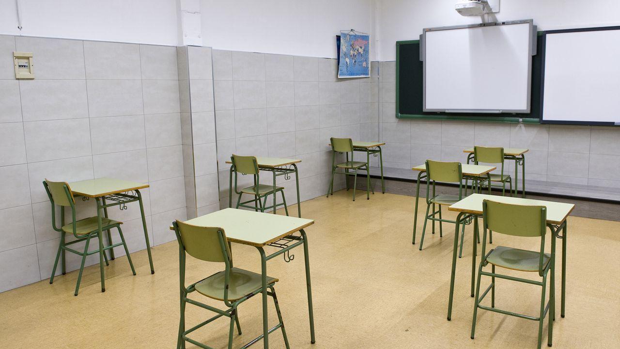 Los pupitres en el instituto Fernando Wirtz, con dos metros de separación
