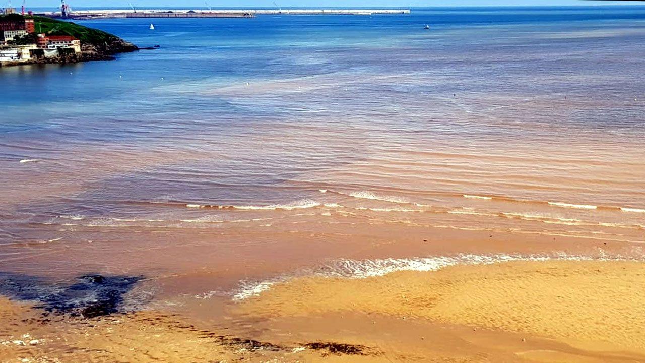 Vista aérea de la playa de San Lorenzo con la mancha y las espumas