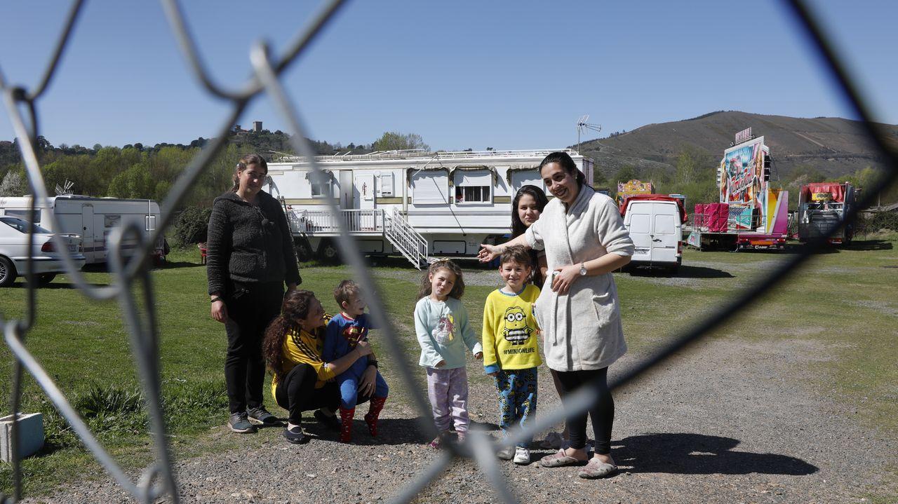 Hora del vermú en Seixalbo.Silvana, en el centro de la imagen, acompañada por varios de los pequeños y madres de las familias de Benavente