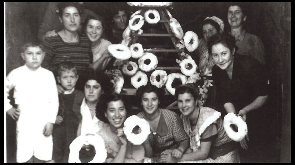 Subasta del tradicional ramo de roscas de las fiestas de San Antonio en una foto de 1950
