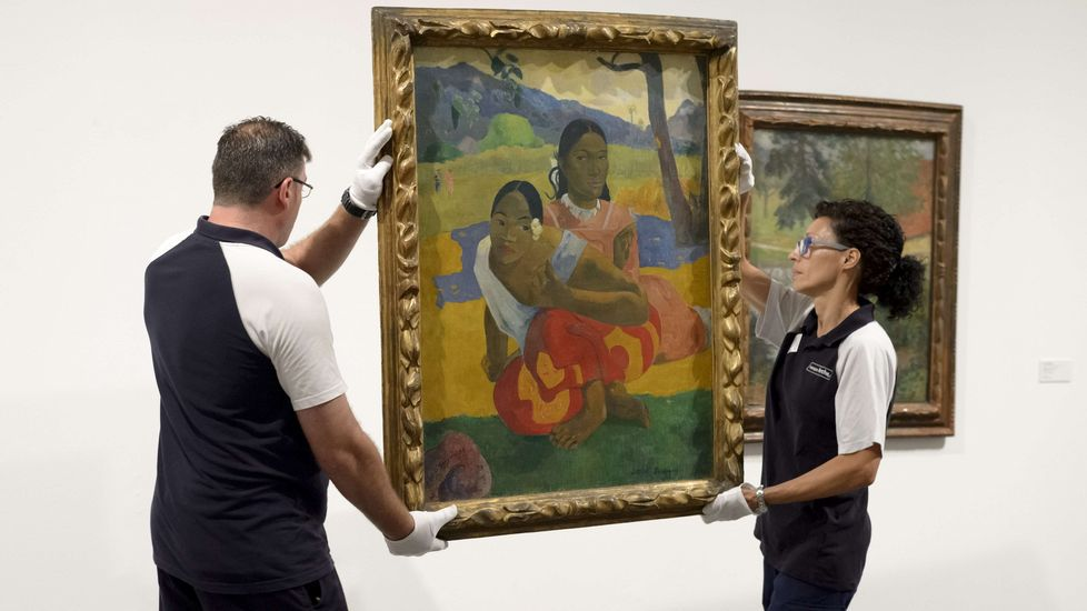 Dos empleados instalan «Nafea Ipoipo faa» de Gauguin en el Museo Reina Sofía