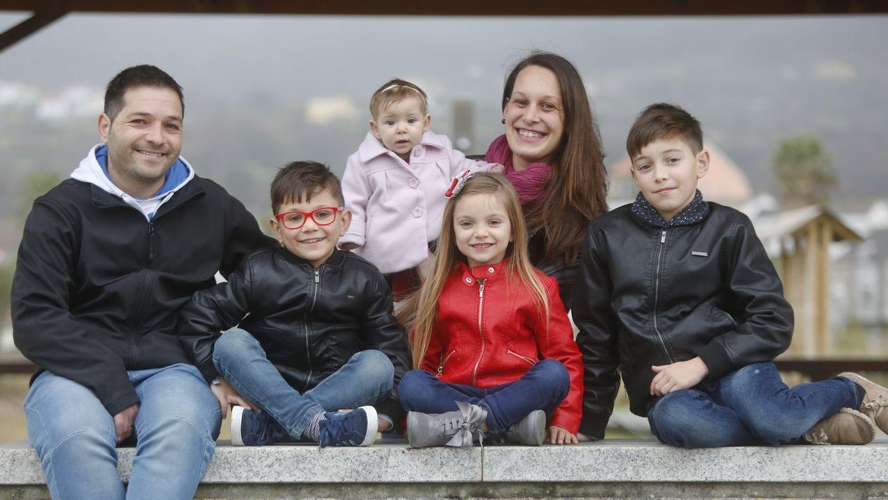 Los cariñeses Corina y Javier, con sus cuatro hijos