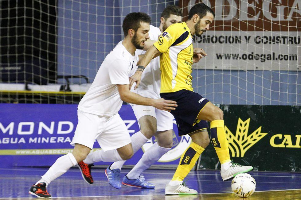 Diego Núñez, autor de dos tantos, presiona a un rival.