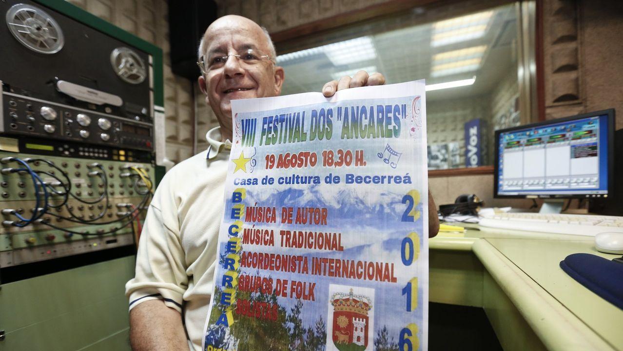 Pol vive su fiesta del emigrante.El músico Alfredo González Vilela con el cartel del VIII Festival dos Ancares