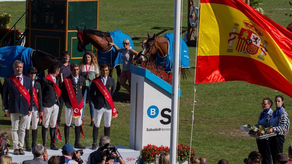 El equipo español compuesto por los jinetes Laura Roquet (2i), Mikel Aizpurúa (c), Manuel Fernández Saro (2d) y Eduardo Álvarez Aznar (d) acompañados del jefe de equipo, Marco Fuste (i), tras imponerse en la Copa de Naciones del Concurso de Saltos Internacional Oficial de España que se disputa en el hipódromo de Las Mestas, en Gijón.