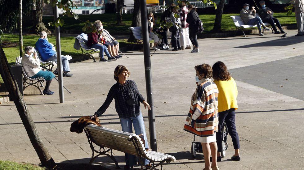 Plaza de Amboage. Los 25 bancos existentes se llenan a diario a media mañana, con grupos de estudiantes, personas mayores y otros ciudadanos que aprovecha para tomarse un café al aire libre