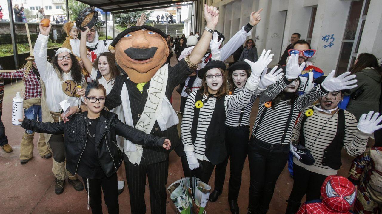 Concurrido baile de disfraces en el pabellón larachés: ¡búscate en él!