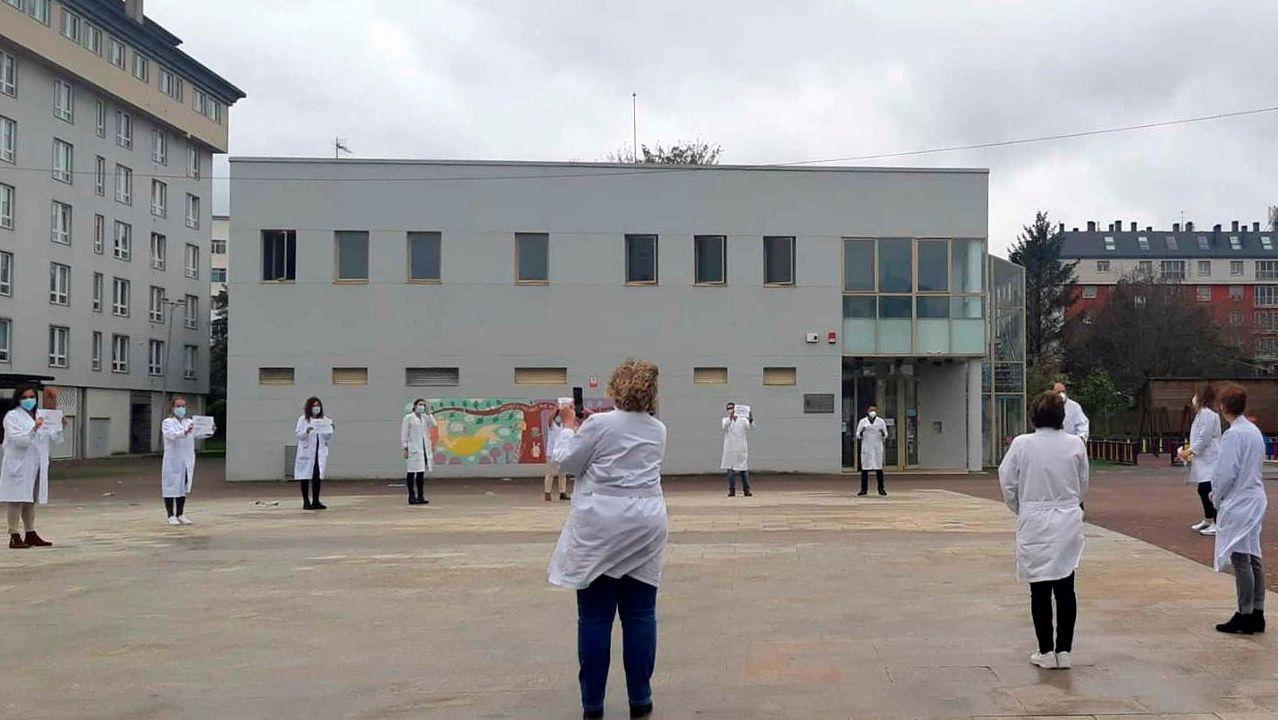 Profesionales del centro de salud de Narón muestran carteles durante la jornada de paro de este martes