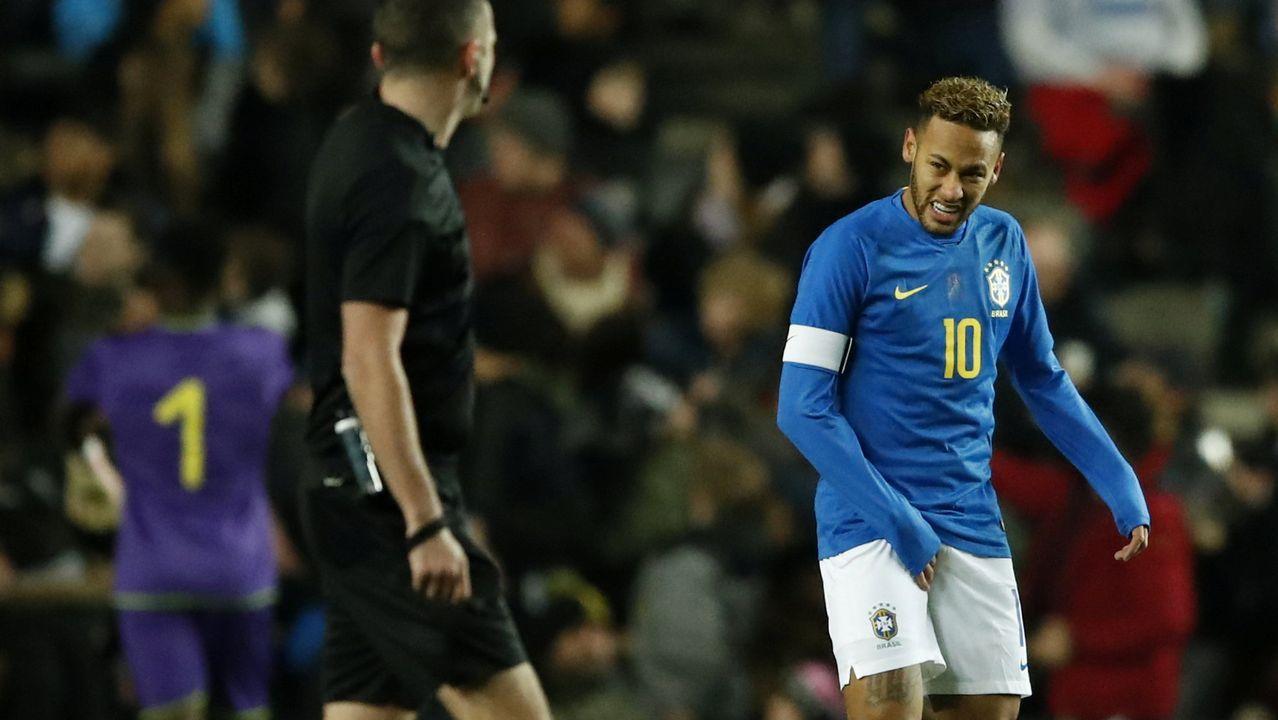 Neymar se echó la mano a la ingle tras caer lesionado en el amistoso contra Camerún