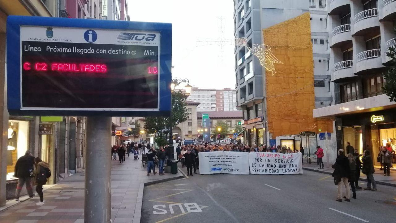 Pasajeros del servicio de bus urbano de Oviedo.Manifestación TUA en Oviedo