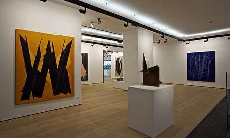 <span lang= es-es >Proyectos</span>. A la izquierda, la bodega Dominio de Bibei, en Manzaneda (Ourense). Sobre estas líneas, la Galería de Arte Fernández-Braso, en Madrid.