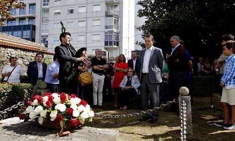 Fina Martínez, hija del alcalde vigués fusilado en 1936 -sentada-, acudió al acto institucionel.