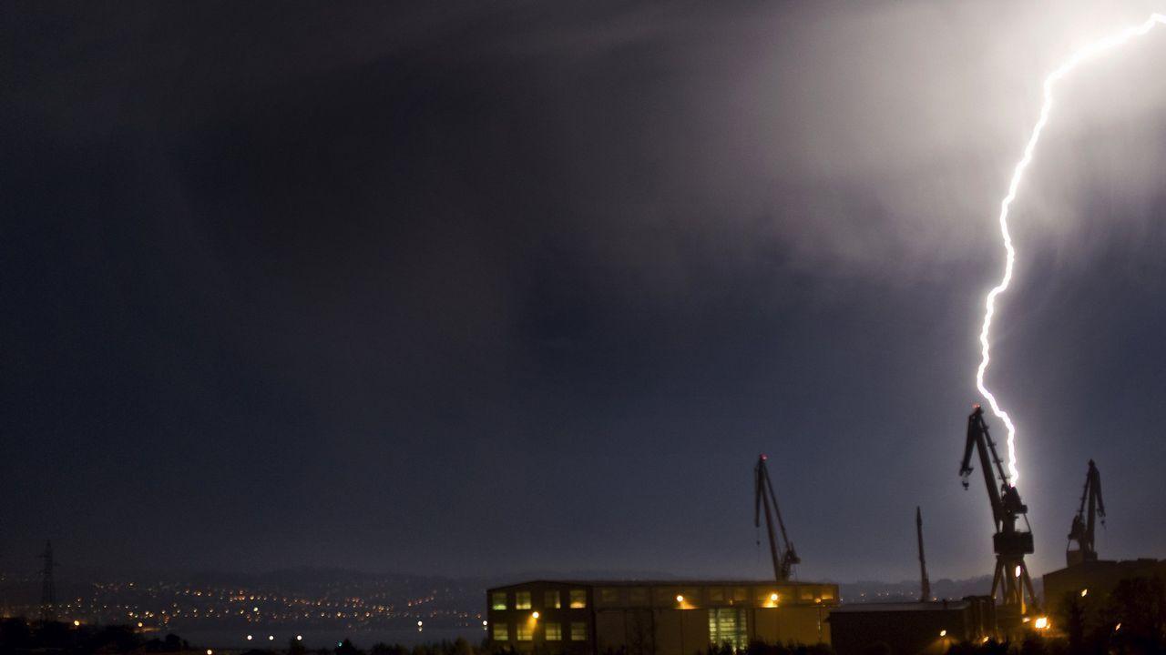 Abarrote en Samil a pesar de las nubes.Rayos sobre Ferrol, en una imagen de archivo