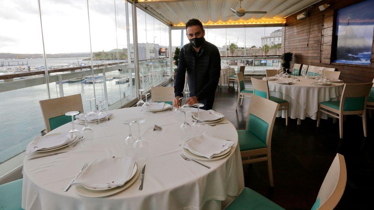 Reabre la hostelería en A Coruña.Ángel Quintáns ultimando los detalles para la reapertura de su restaurante