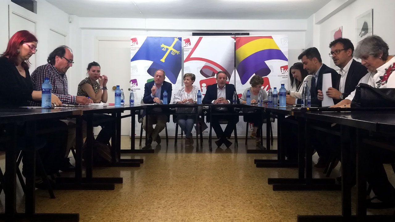 Representantes de XsP, IU y PSOE en la reunión mantenida por las tres formaciones en la sede de IU para debatir la moción de censura