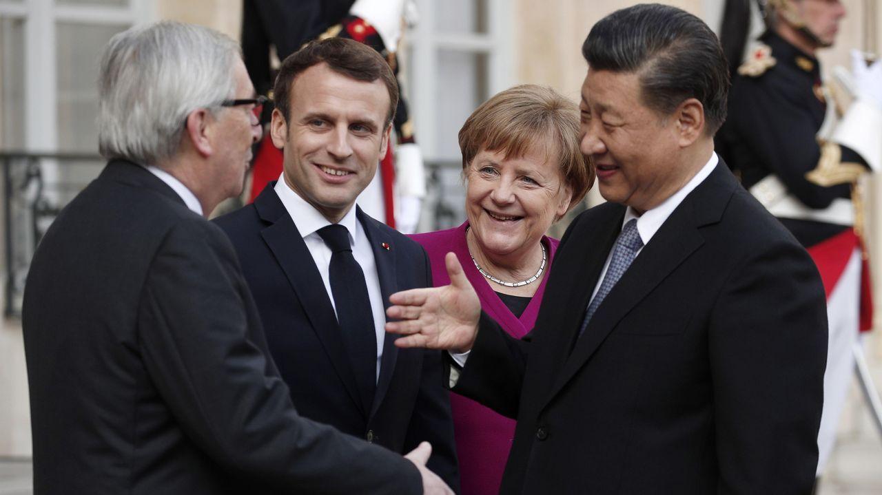El presidente chino ofrece la mano al presidente de la Comisión Europea en presencia del presidente francés y la canciller alemana