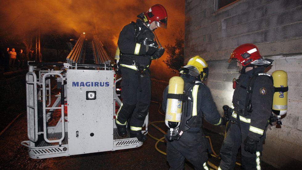 Fotografía de archivo de una intervención de los bomberos de Sarria en un incendio