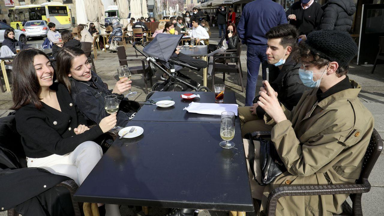 Simón, Sergio, Ana y Nerea, estudiantes de Diseño en la escuela Mestre Mateo, disfrutaron de unos vinos y unas cañas en una terraza de Porta Faxeira