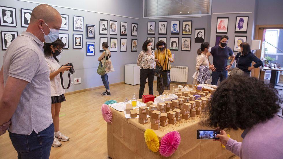 La exposición «Mostrarte» se inauguró el 20 de mayo en el centro sociocultural de Sar, dentro de una iniciativa organizada por el IES de Sar y el Espazo Veciñal de Sar en colaboración con el Concello.