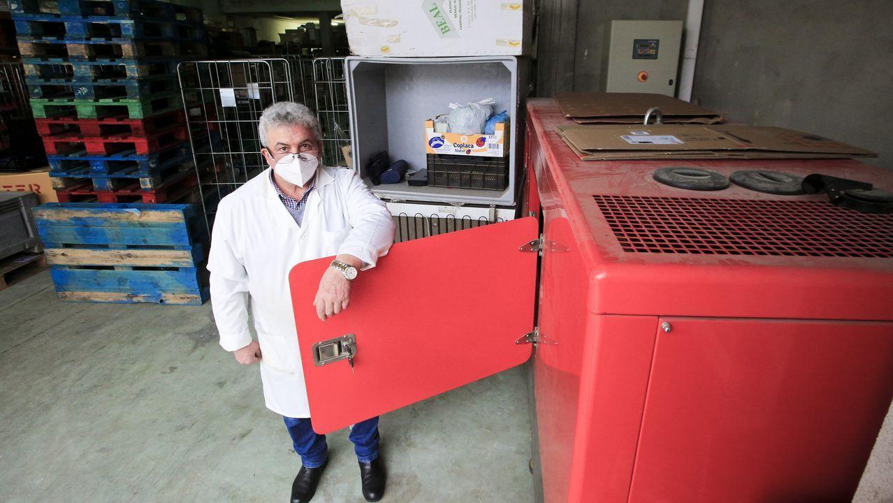 El propietario del supermercado Valiño, llenando el generador